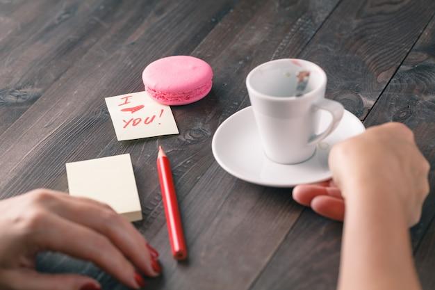 Kobieta z przesłaniem miłości i filiżanki kawy