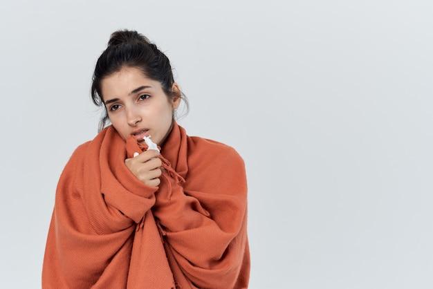 Kobieta z przeziębieniem wyciera nos chusteczką na grypę. zdjęcie wysokiej jakości