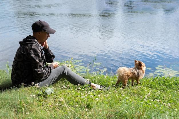 Kobieta z psem na jeziorze w lecie. w dowolnym celu.