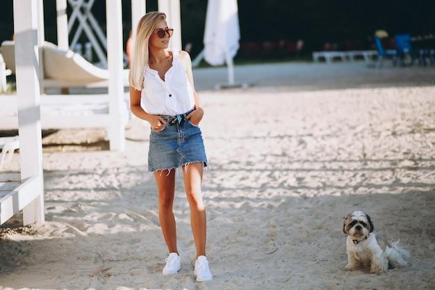 Kobieta z psem na wakacje