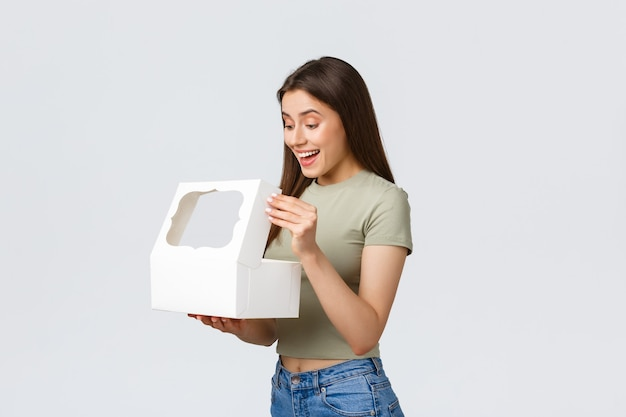 Kobieta z pudełkiem na prezent