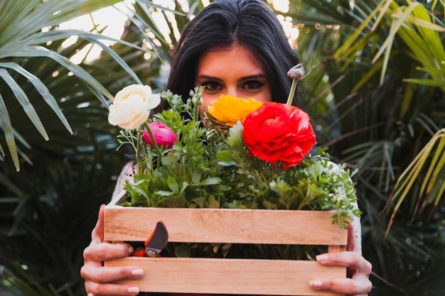 Kobieta z pudełkiem z kwiatami