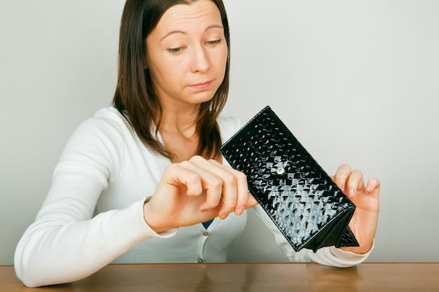 Kobieta z pustym portfelem bankructwa