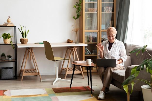 Kobieta z rakiem skóry spędza czas w domu