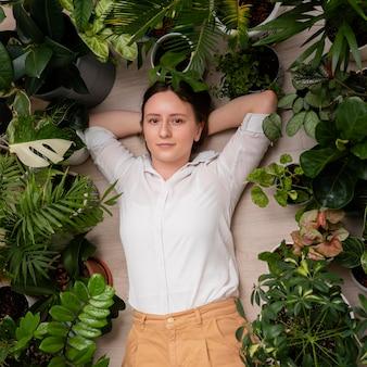 Kobieta z ramą roślin