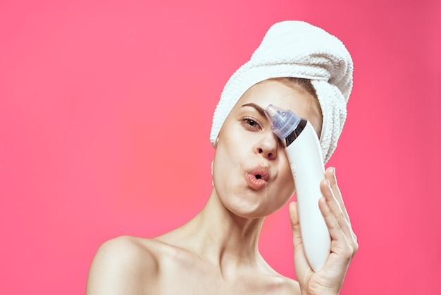 Kobieta z ręcznikiem na głowie czyszczenie technologii kosmetyków do terapii skóry