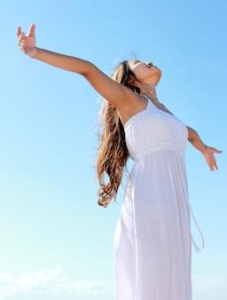 Kobieta z rękami otwiera cieszący się jej wolność