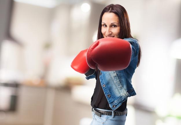 Kobieta z rękawic bokserskich