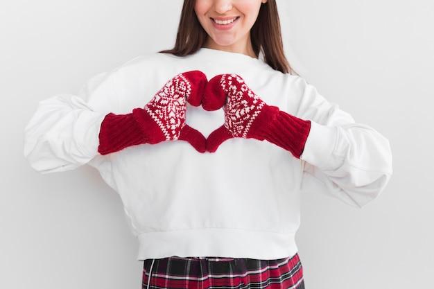 Kobieta z rękawiczkami co znak serca
