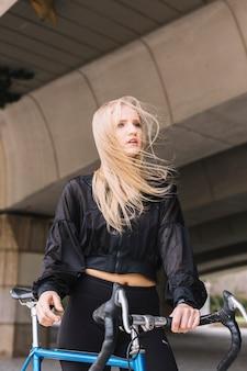 Kobieta z rowerem w wietrzny dzień