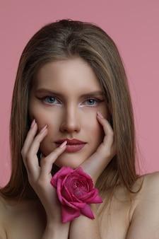 Kobieta z różą