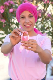Kobieta z różowym szalikiem na głowie