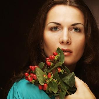 Kobieta z różowymi kwiatami