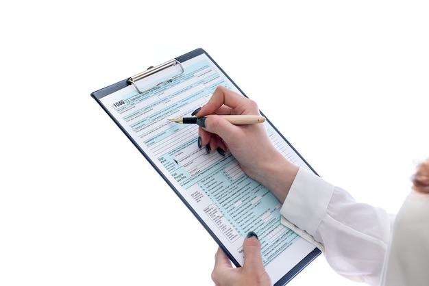 Kobieta z schowka i formularz 1040 na białym tle