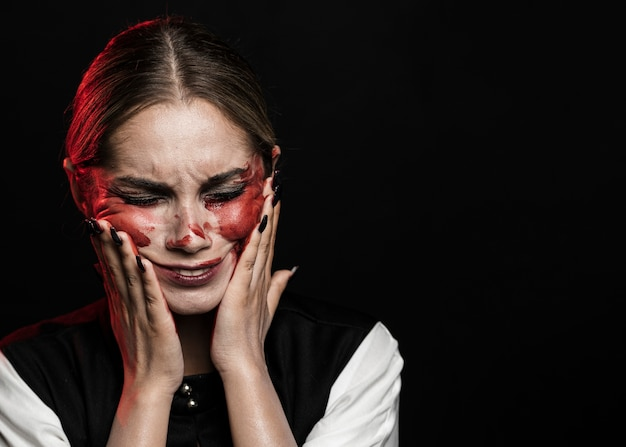 Kobieta z sfałszowanym krwionośnym makijażem i kopii przestrzenią