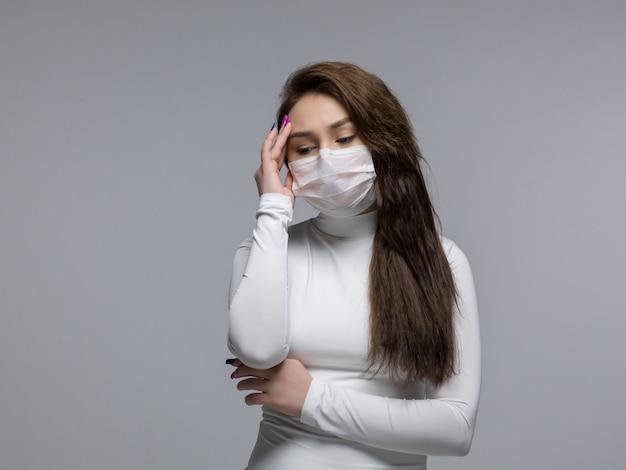 Kobieta z silnym bólem głowy i zestresowanym wyrazem twarzy