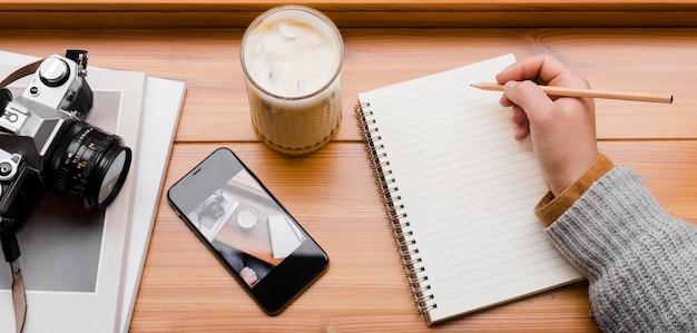 Kobieta z smartphone i filiżanką kawy