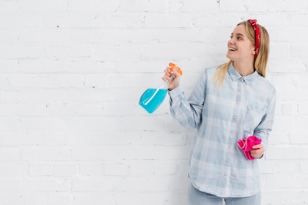 Kobieta z środkami czyszczącymi