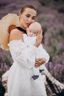 Kobieta z synkiem w polu lawendy