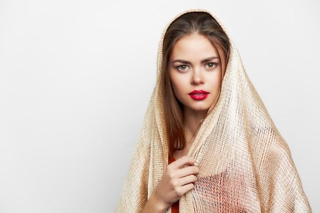 Kobieta z szalem pochodzenie etniczne to luksusowe czerwone usta na jasnym tle