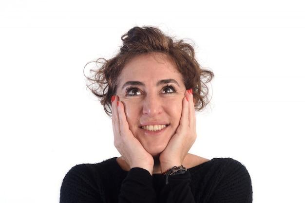 Kobieta z szczęśliwą twarzą i białym tłem