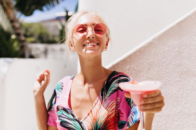 Kobieta z szczęśliwy wyraz twarzy uśmiecha się z opaloną skórą, zabawy.