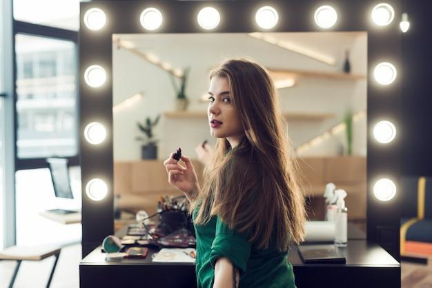 Kobieta z szminki patrząc na kamery