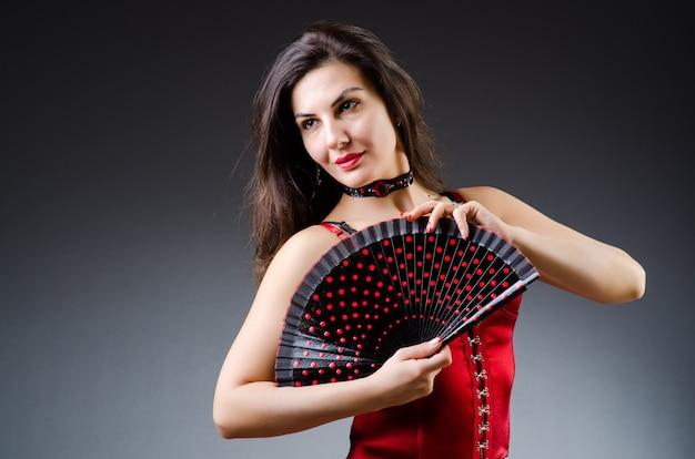 Kobieta z tańcami tańca wentylator