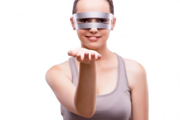 Kobieta z techno szkłami odizolowywającymi na bielu