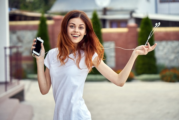 Kobieta z telefonem i słuchawkami