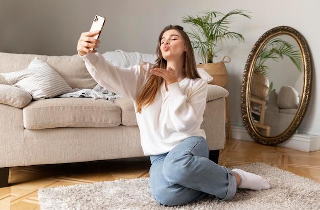 Kobieta z telefonem przy selfie