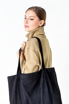 Kobieta z torbą na ramię
