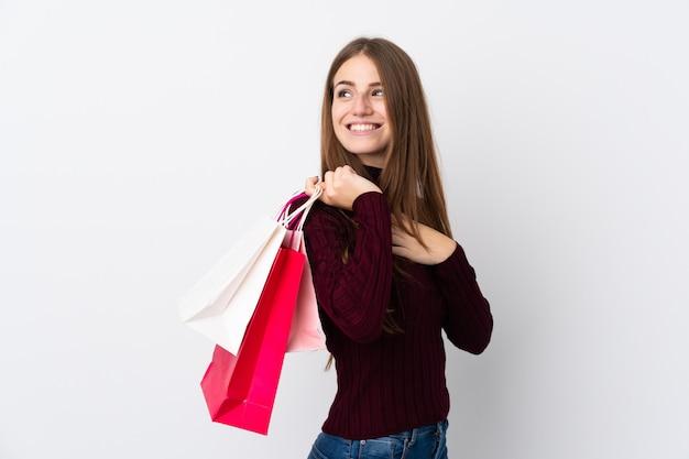 Kobieta z torba na zakupy nad odosobnioną biel ścianą