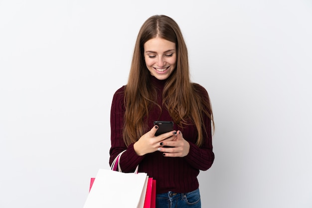 Kobieta z torba na zakupy nad odosobnioną ścianą