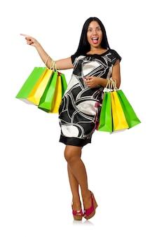Kobieta z torba na zakupy odizolowywającymi na bielu