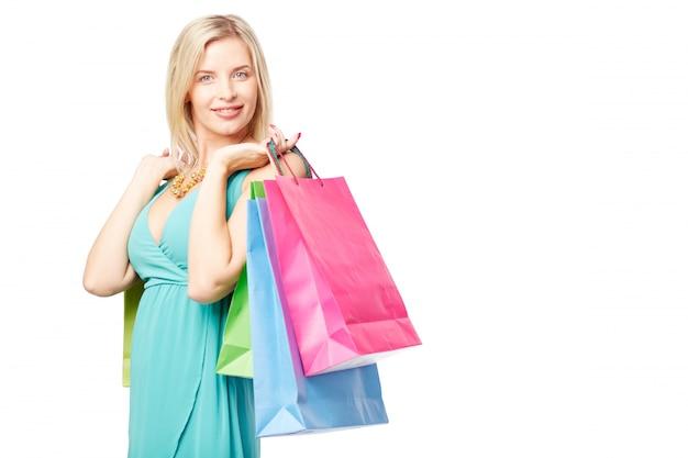 Kobieta z torbami pełnymi ubrań