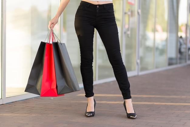 Kobieta z torby czarny piątek koncepcja zakupy