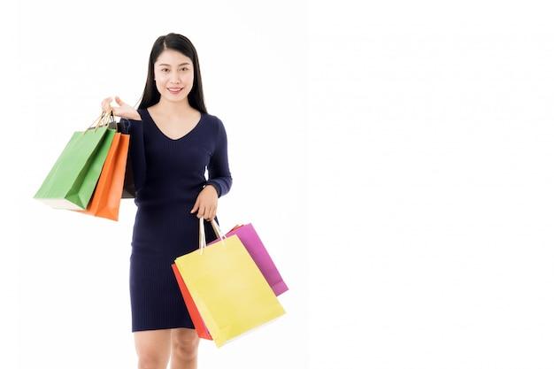 Kobieta z torby na zakupy na białym tle