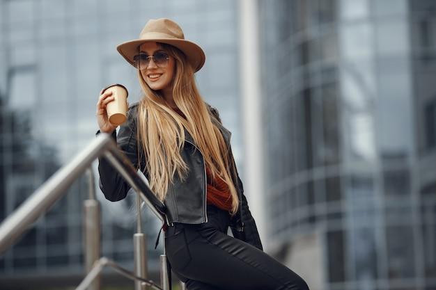 Kobieta z torby na zakupy w letnim mieście
