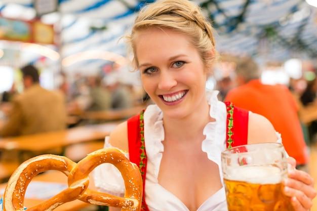 Kobieta z tradycyjnymi bawarskimi ubraniami lub dirndl w namiocie piwnym