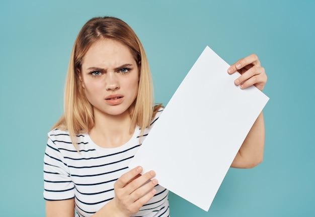 Kobieta z transparentem białej kartki papieru ogłoszenie ogłoszenie blondynka