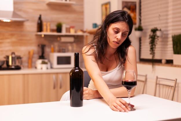 Kobieta z trudnościami życiowymi pijąca dużo alkoholu