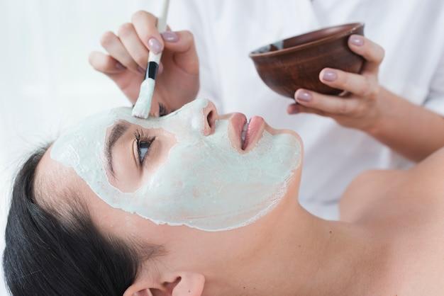 Kobieta z twarzy maską w zdroju