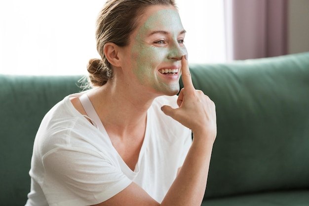 Kobieta z uśmiechem zdrowych maseczka na twarz