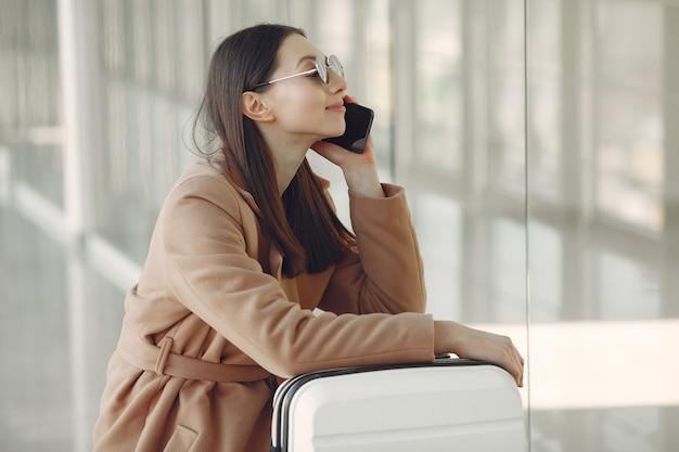 Kobieta z walizką na lotnisku
