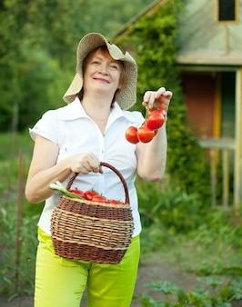 Kobieta z warzywami żniwa