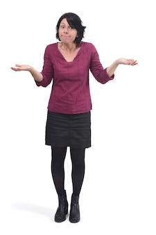 Kobieta z wątpieniem lub zmieszanym wyrażeniem na białym tle