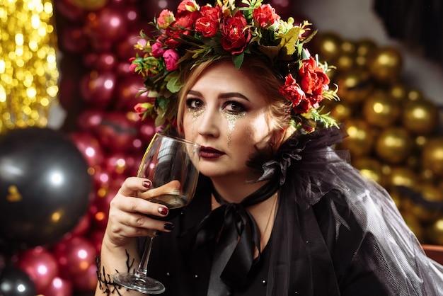 Kobieta z wiankiem kwiatów i welonem