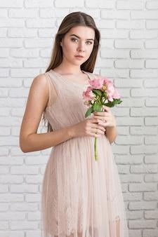 Kobieta z wiosna kwiatu bukietem