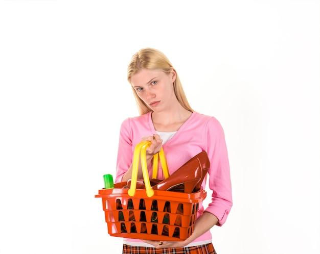 Kobieta z wózkiem na zakupy supermarket kobieta z koszem w sklepie sprzedaż zniżki czarny piątek moda